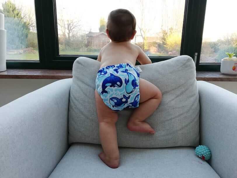 קאי בן שמונה חודשים בחיתול בד