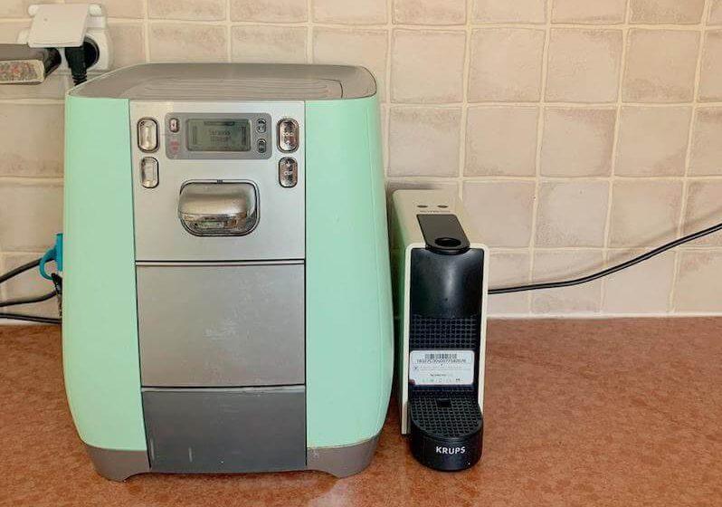 בר המים ומכונת קפה - גם במטבח מינימליסטי