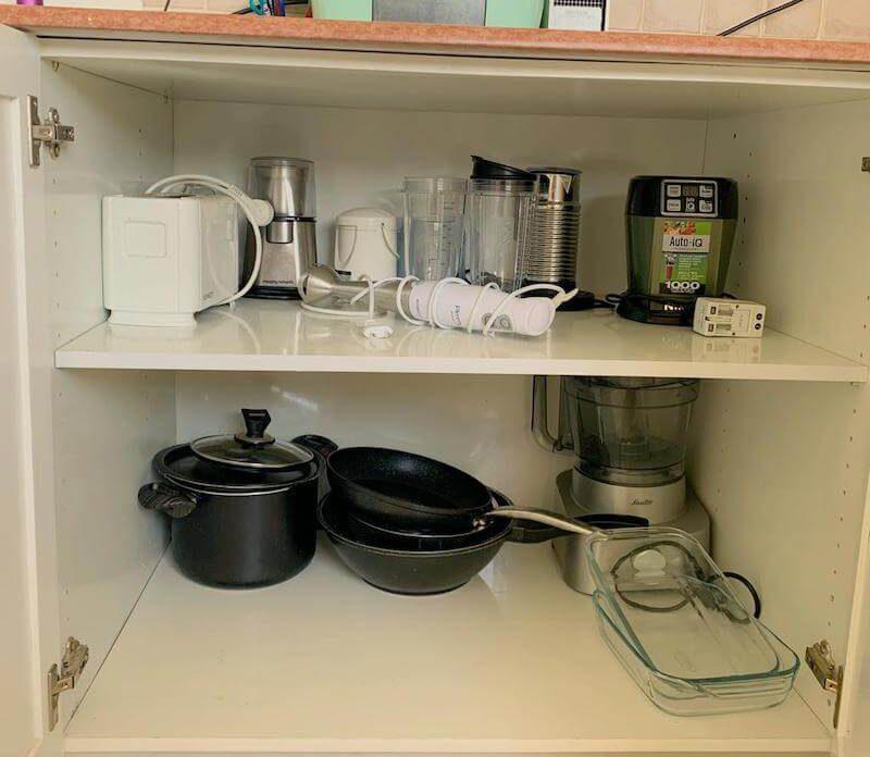 סירים וכלים חשמליים במטבח המינימליסטי שלי